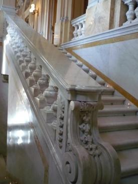 balustrade-taille-dans-une-seule-piece-de-marbre-apres-3-tentative-elle-et-enfin-installe.jpg